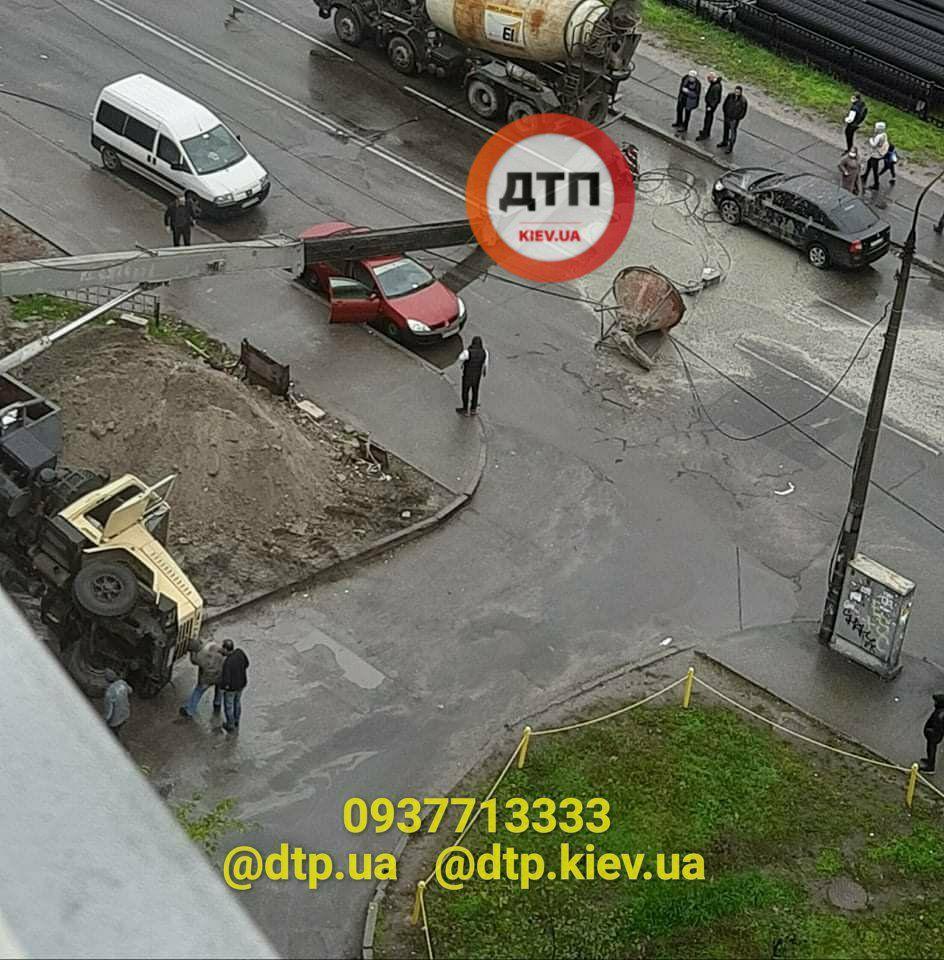 ЧП в Киеве: возле метро рухнул строительный кран посреди улицы (видео)