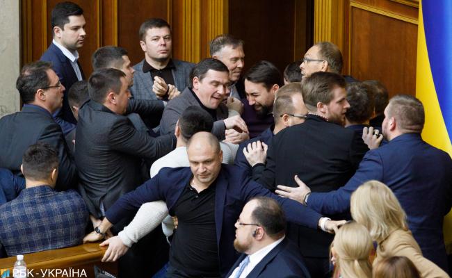 Уперлись в землю: как Рада заблокировала две ключевых реформы Зеленского