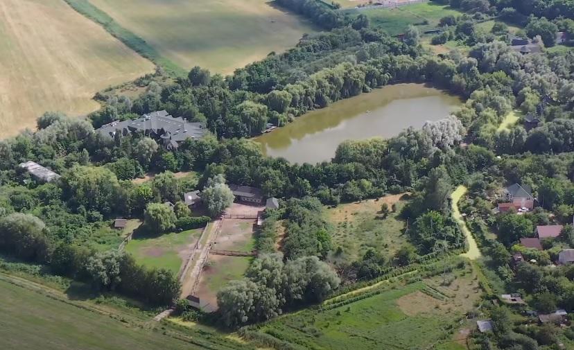Широкий канал и ветряные мельницы: как выглядит элитная резиденция Ющенко под Киевом