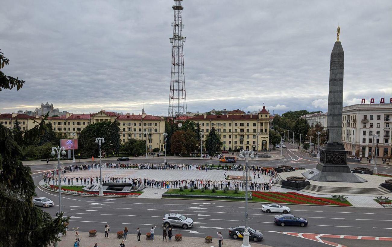Цепь солидарности в Беларуси: силовики стали переходить на сторону демонстрантов (фото и видео)