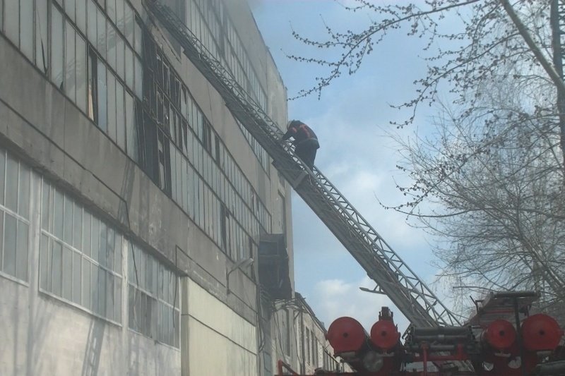 Первые кадры масштабного пожара навелосипедном заводе вХарькове