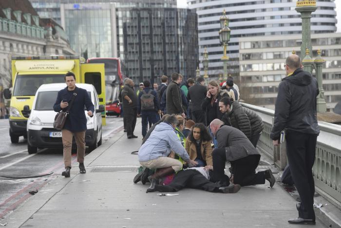 Автомобиль въехал втолпу людей наВестминстерском мосту встолице Англии