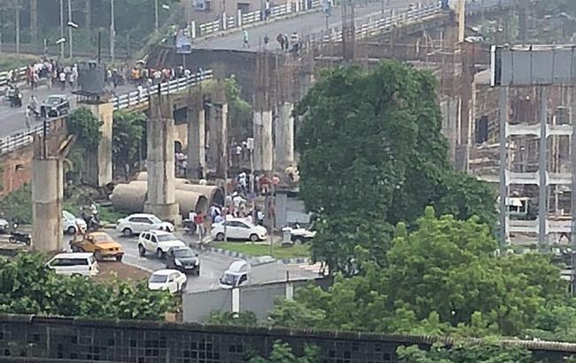 В Индии обрушился мост, погибли по меньшей мере 5 человек