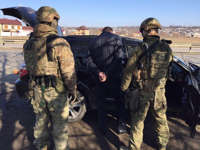Работники СБУ задержали торговцев вывезенным иззоны АТО оружием