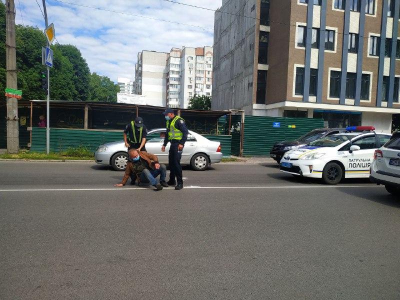 В украинском городе мужчина упал на проезжую часть: машины его объезжали