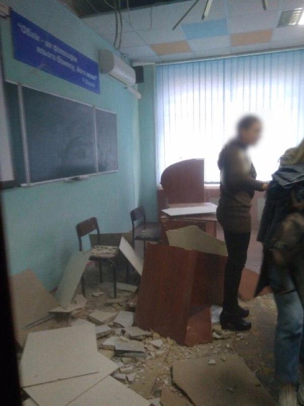 У коледжі Харкова стеля обвалилася прямо на студентів (фото)