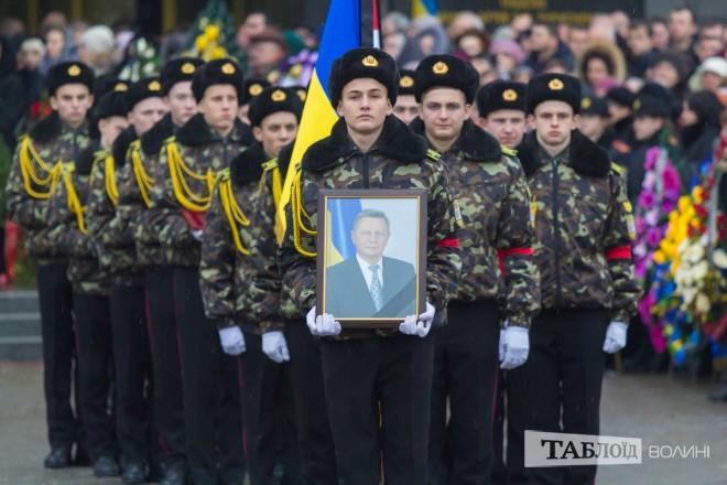 ВЛуцке тысячи людей попрощались сгородским головой Николаем Романюком