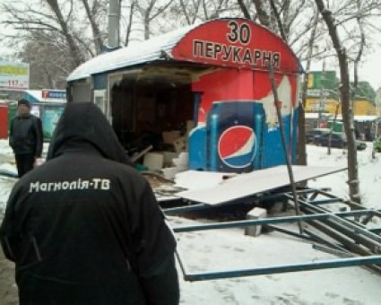 ВКиеве фура снесла остановку ипарикхмахерскую: есть пострадавшие