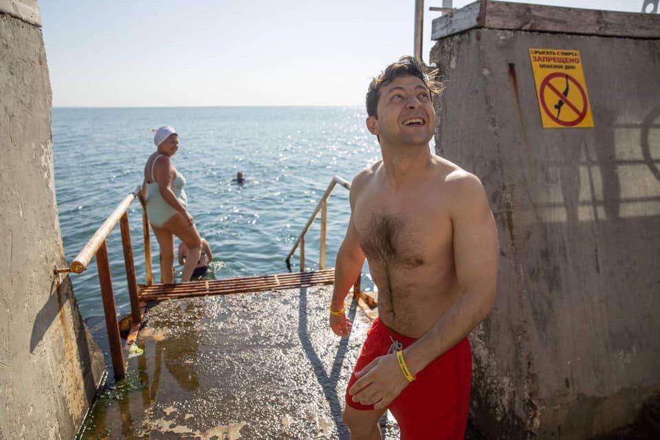 """А чего мне бояться? Зеленский поплавал в море и """"порвал"""" сеть (видео)"""