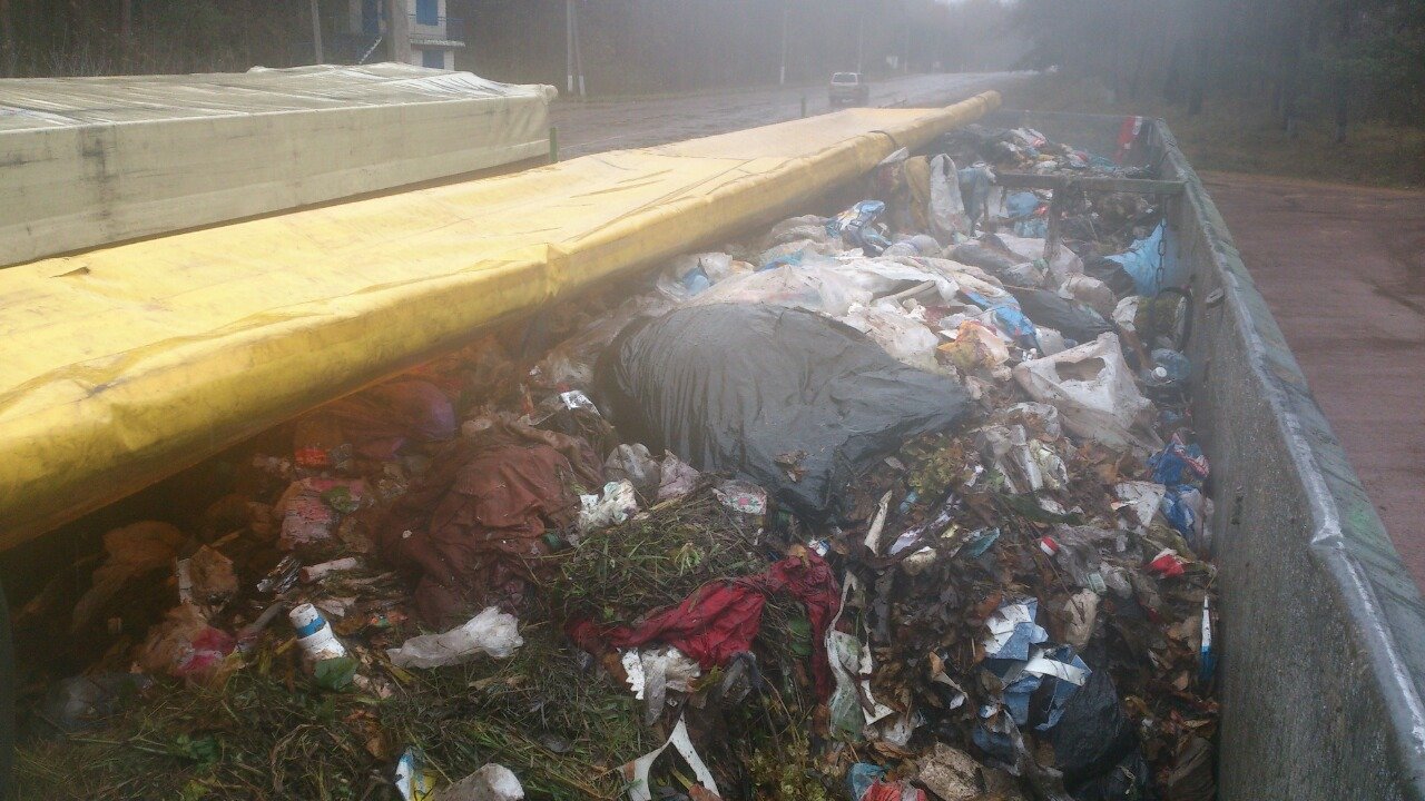 НаСумщине полицейские обнаружили два грузового автомобиля сльвским мусором