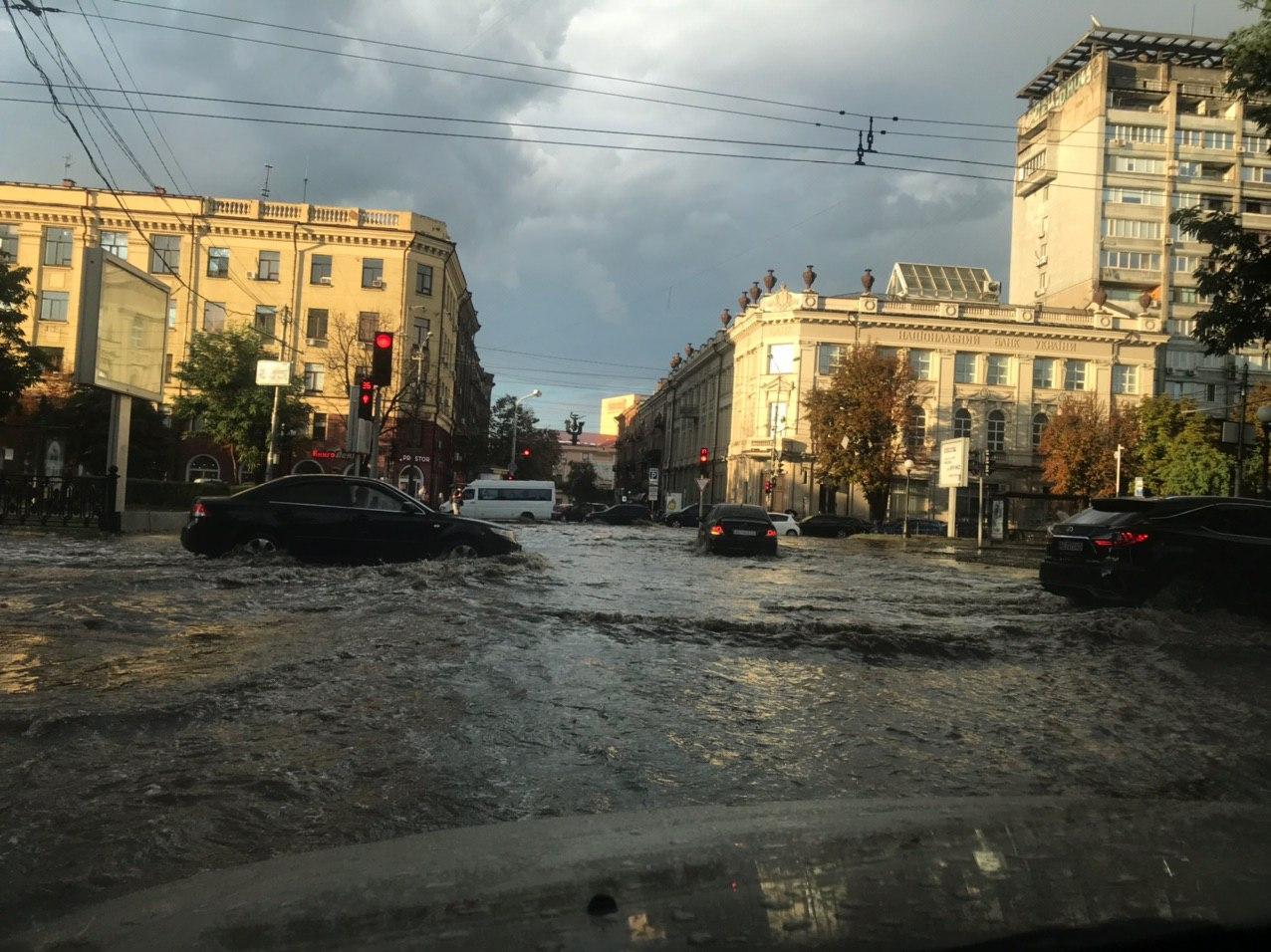 Мощный ливень с градом превратил улицы Днепра в заснеженные реки: фото и видео