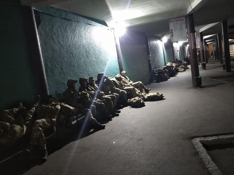 Отказали в месте для ночлега: в Черкассах военным пришлось спать на улице (фото)