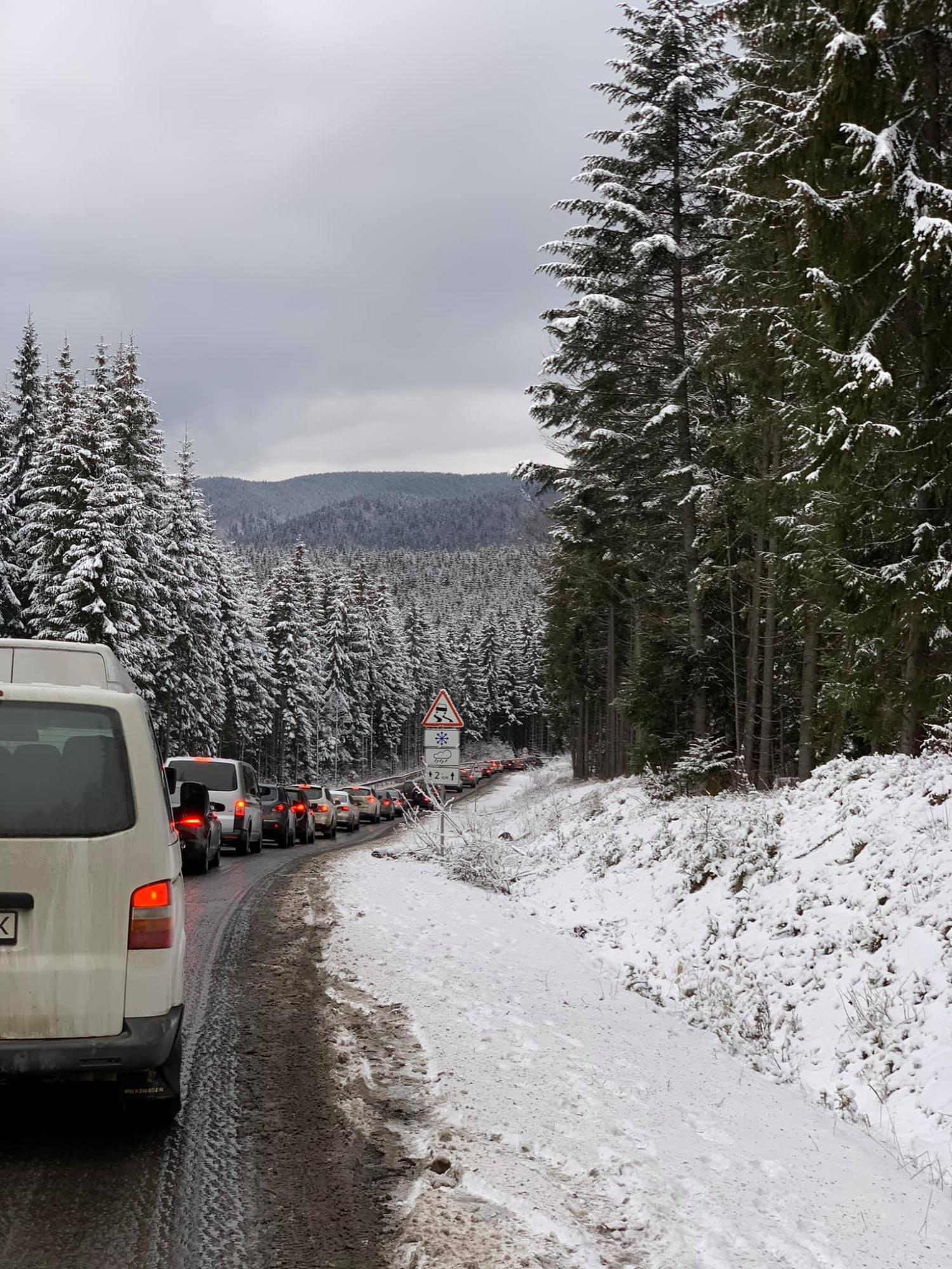Перший день локдауну: кілометрові черги з авто на Буковель показали на фото