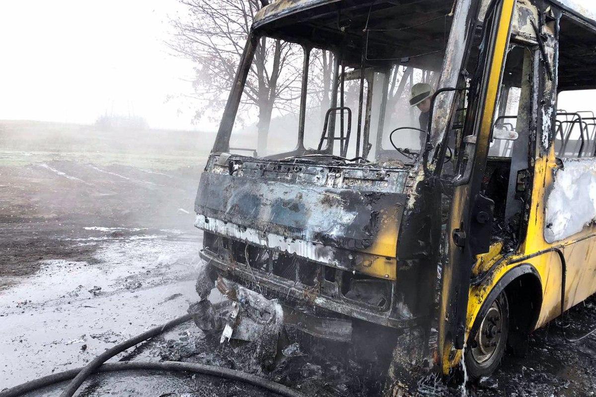 Под Днепром автобус с пассажирами загорелся на ходу: пламя охватило весь салон