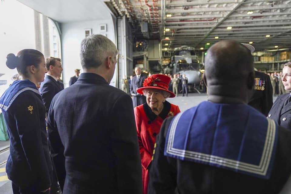 Елизавета II вышла в свет вся в красном и с сияющей улыбкой (фото)