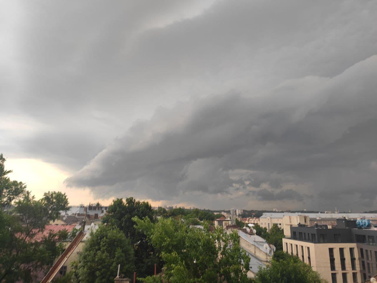 Ураган з потужною зливою та градом знову накрив Львів: відео та фото буйства стихії