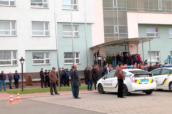Вгосударстве Украина  30 вооруженных людей пробрались  в строение  энергетической компании