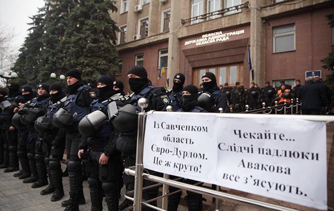 Під Миколаївською ОДА вимагають відставки Савченка: будівля оточена силовиками