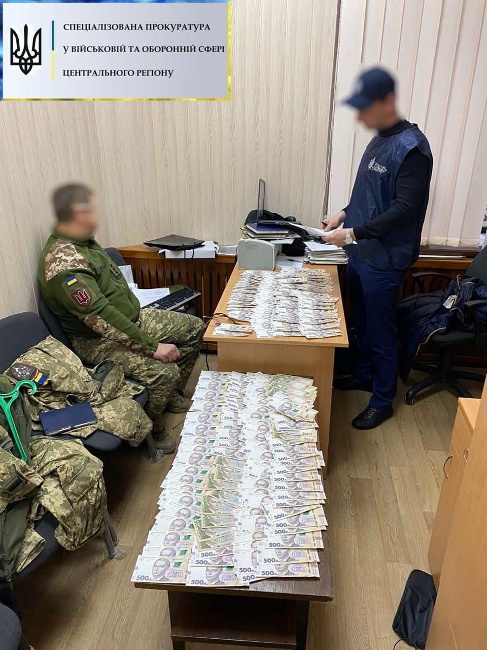 Чиновника Минобороны задержали на взятке 400 тысяч гривен
