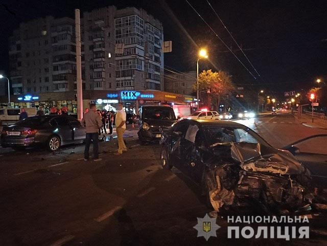 Решили помочь: в Виннице водитель на скорости снес людей, которые толкали авто (видео)