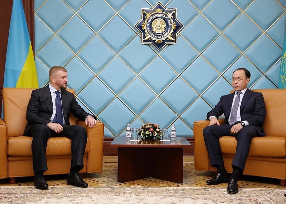 Украина и Казахстан подписали договор об экстрадиции и правовой помощи по  уголовным делам | РБК Украина