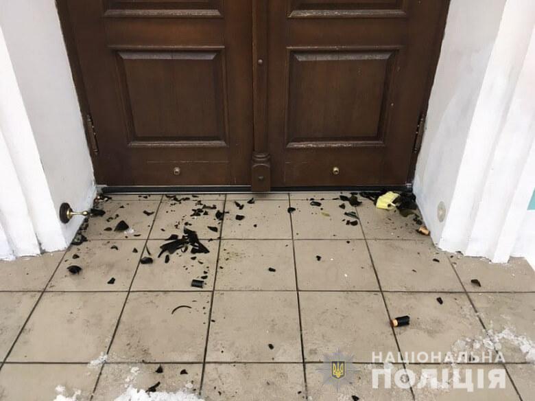 """Неизвестные бросали """"коктейли Молотова"""" в Андреевскую церковь, пострадал священник"""