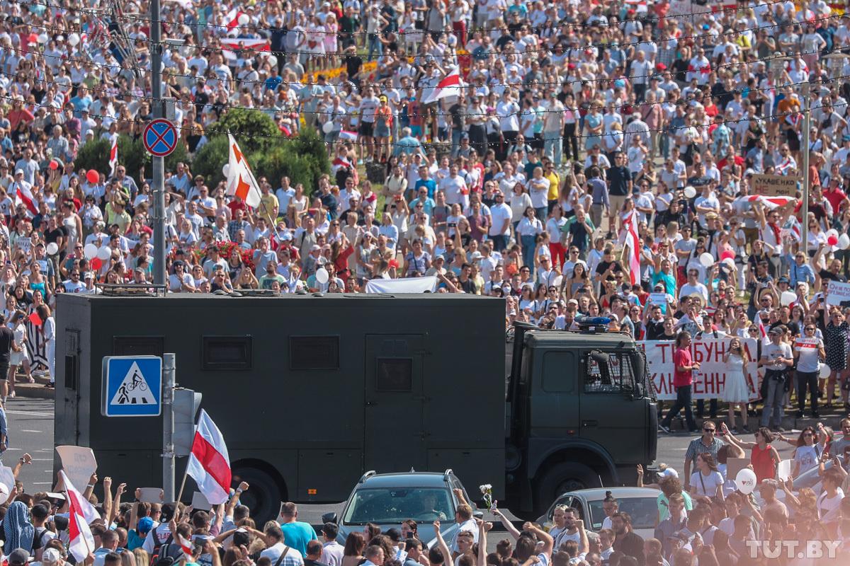 На митинг в центре Минска вышли сотни тысяч белорусов: впечатляющие фото и видео