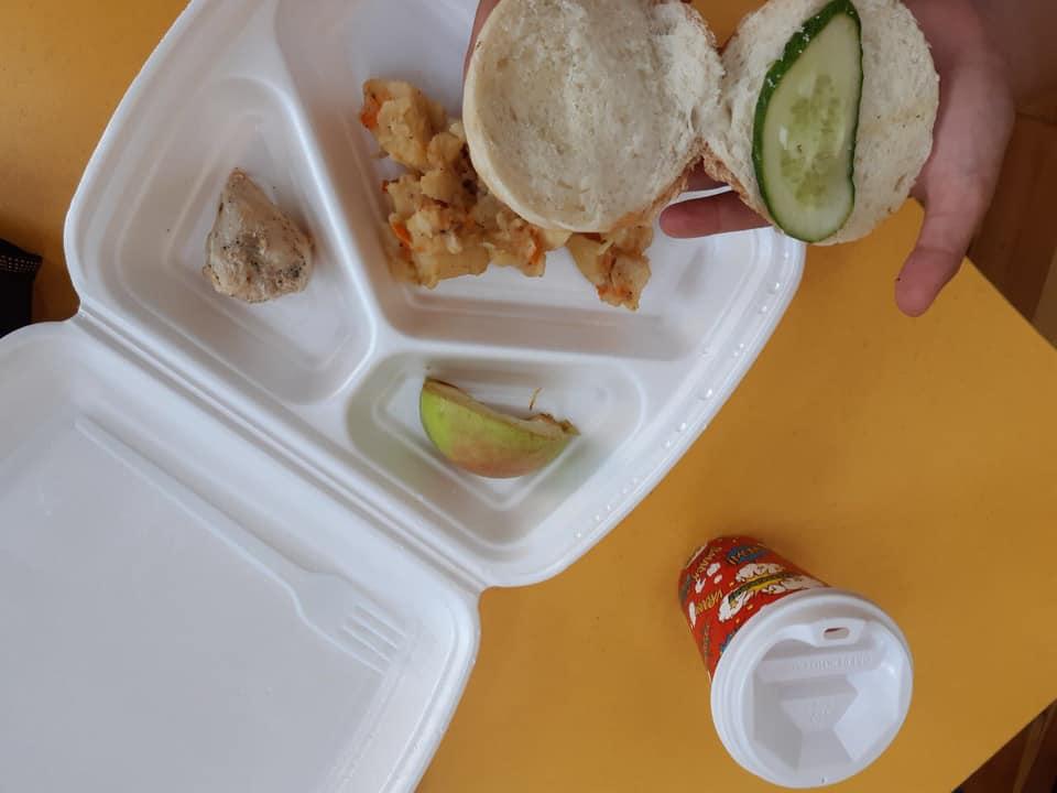Сухая булка с маслом и гнилое яблоко: чем кормят детей в украинских школах