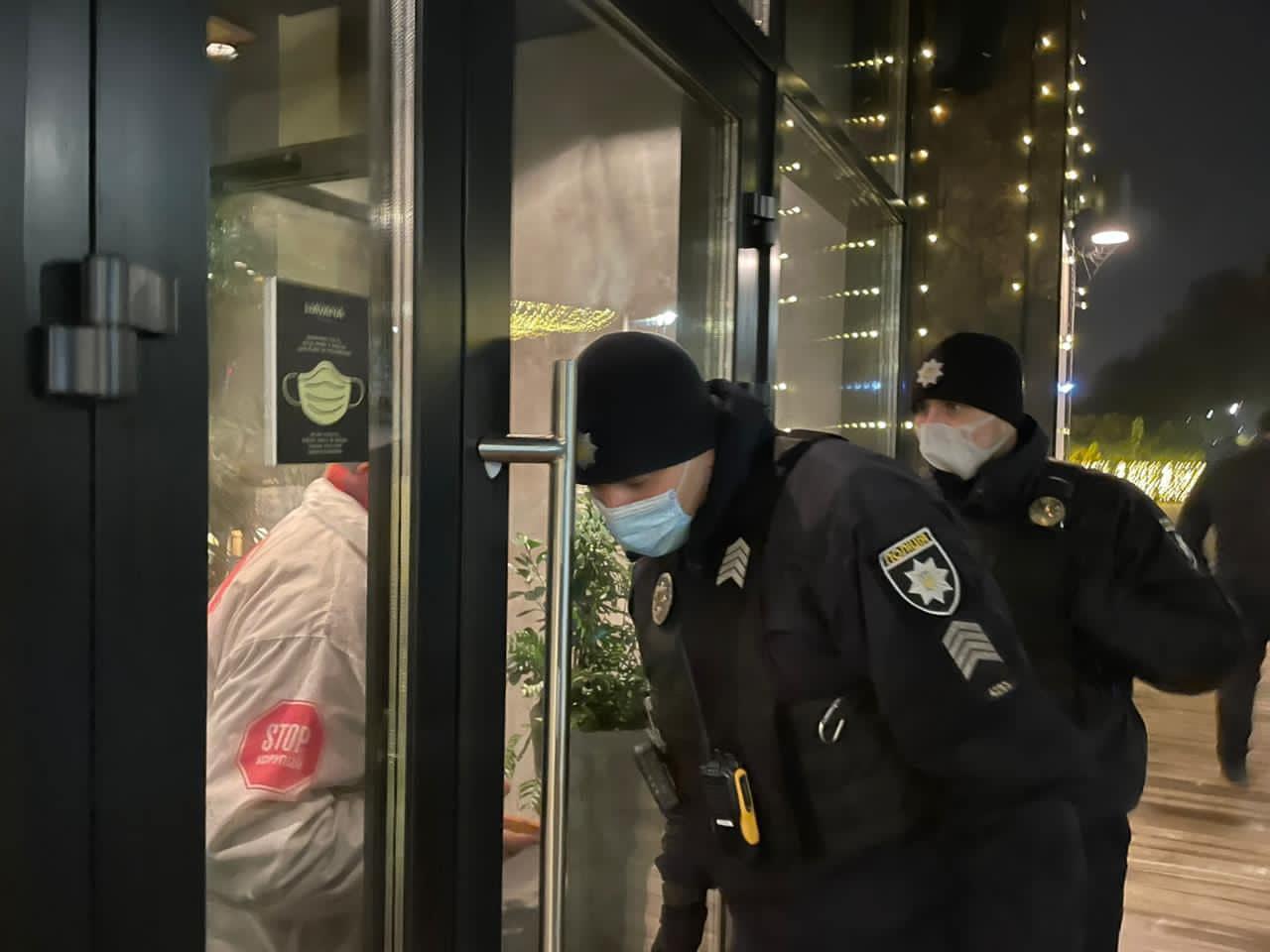 У Києві поліція взяла штурмом елітний ресторан через порушення карантину (відео)