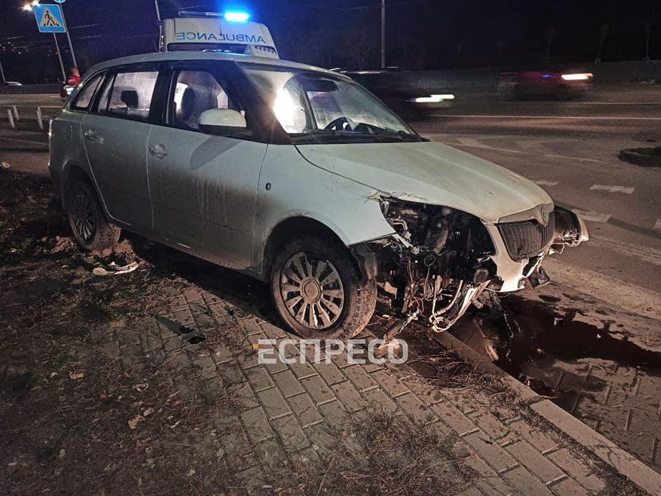 У Києві таксист помер за кермом під час руху: некероване авто вилетіло на тротуар