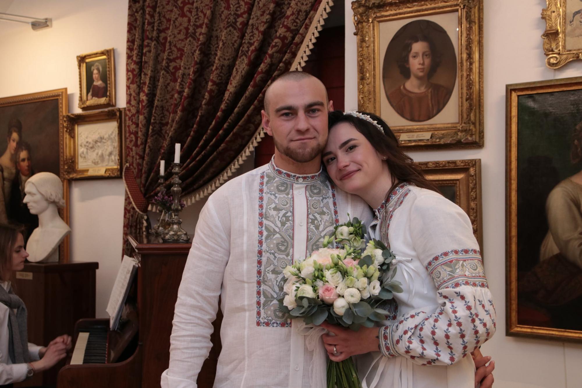 Украинские воины сыграли свадьбу в Луцком замке: фронтовая история любви (фото)