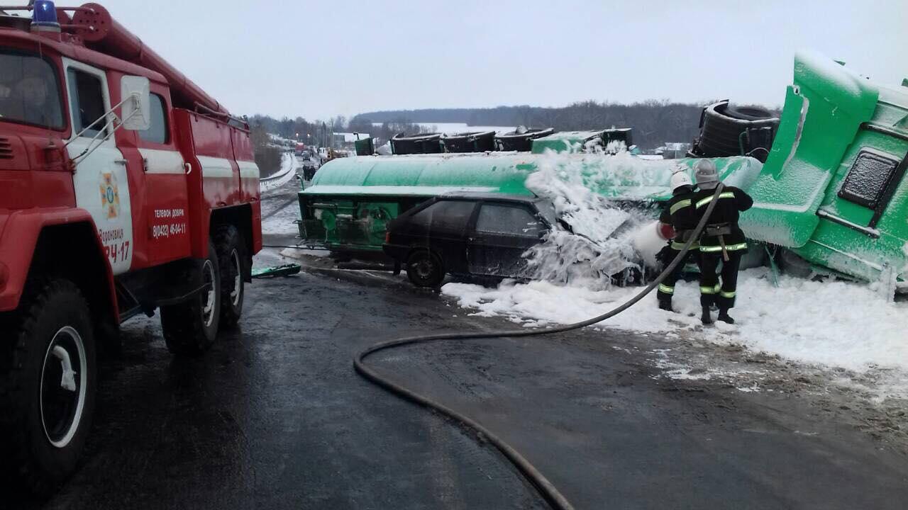 У Вінницькій області сталася потрійна ДТП за участю бензовоза, є загиблий