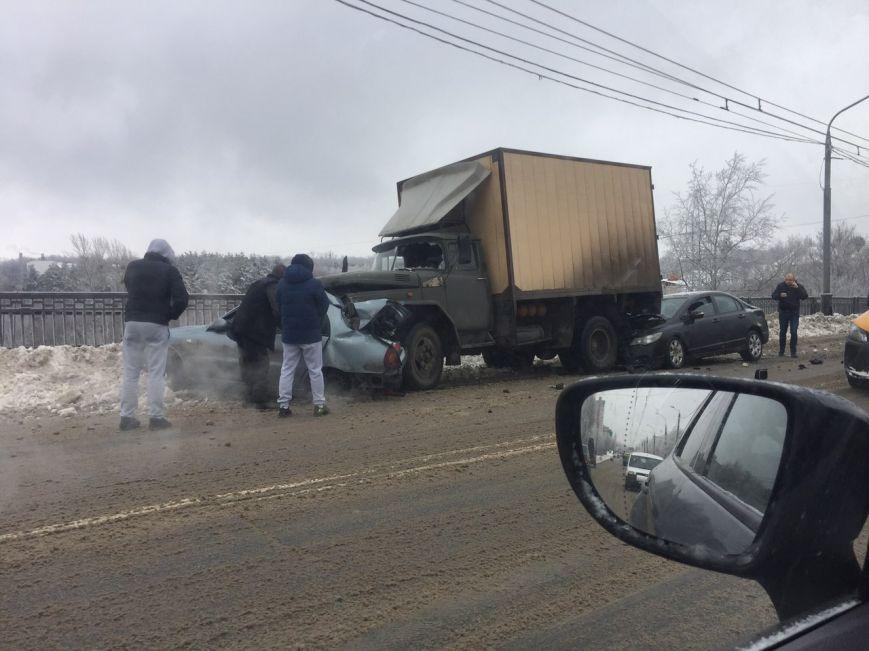 Два человека погибли, один госпитализирован при столкновении 3-х машин вХарькове