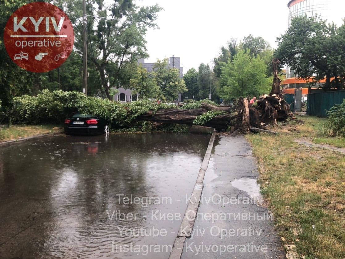 Київ затопило зливами і засипало градом: з'явилися фото і відео