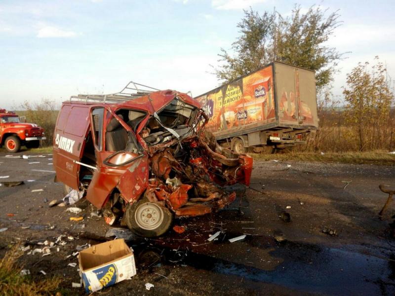 Под Одессой столкнулись три грузового автомобиля. Погибшего водителя краном извлекали изкабины