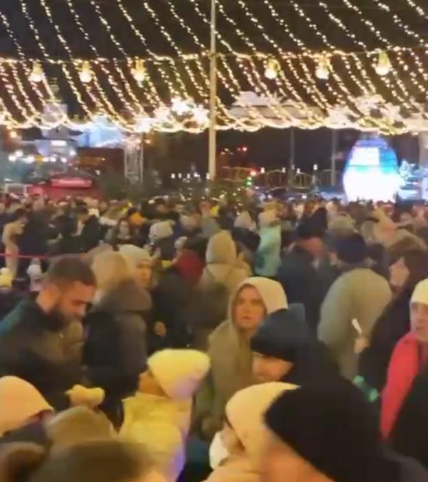 Толпы киевлян без масок отдыхают на Софийской площади: что говорят в КГГА и полиции