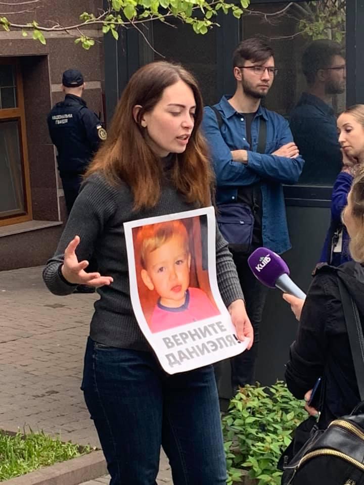 Забрали сына: плачущая мать третьи сутки стоит под посольством в Киеве