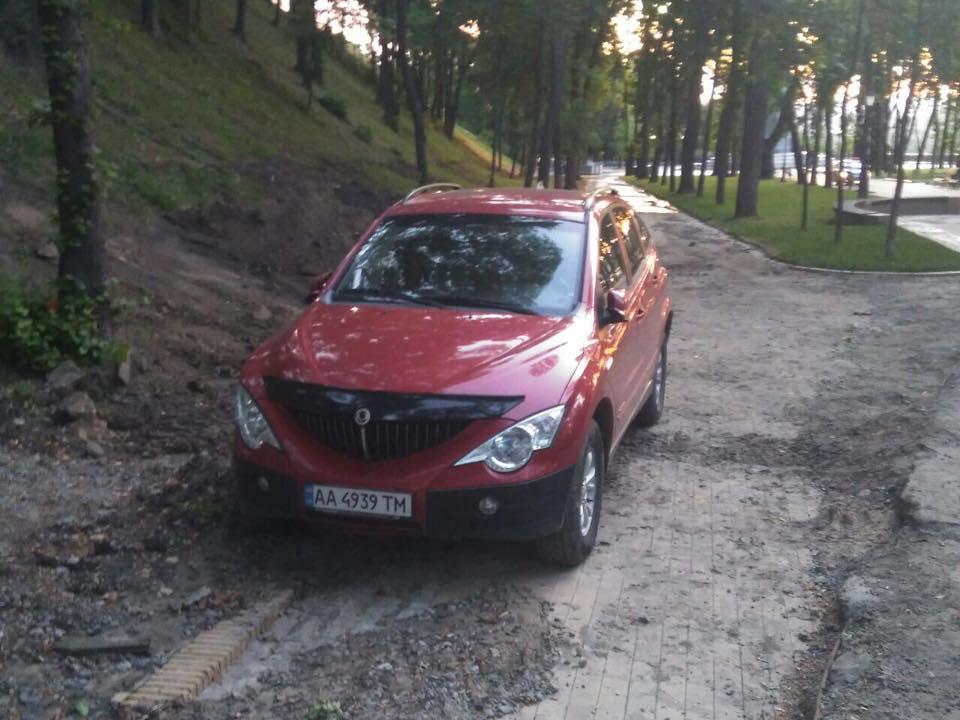 У Києві автохам на позашляховику намагався заїхати на новий міст: що вийшло (фото)