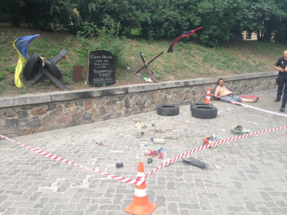 У Києві зруйнували меморіал Небесної сотні: ким виявився вандал