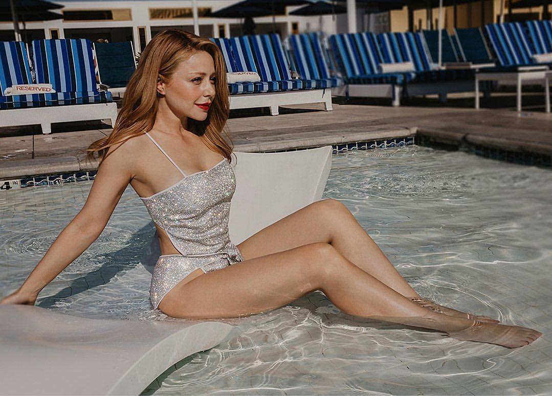 Сексапільна Тіна Кароль в пікантному купальнику поринула в басейн