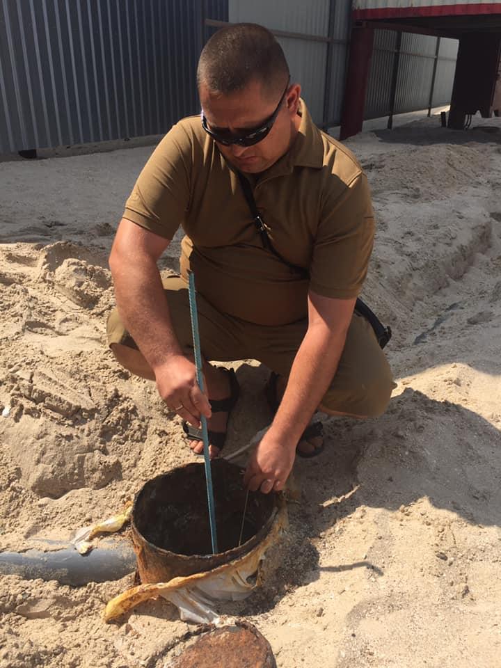 На популярному українському курорті розгорівся скандал: зливали нечистоти у море і пісок (фото)