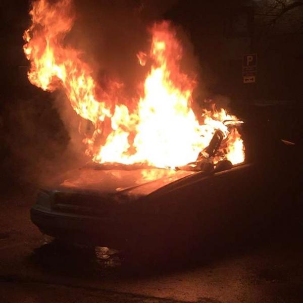 Мигранты жгут машины икидают камни вполицейских— Стокгольм впламени