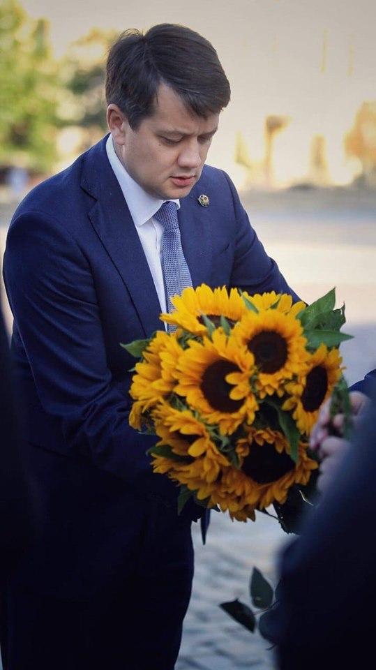 Разумков розплакався після спілкування з матерями загиблих на Донбасі (фото)