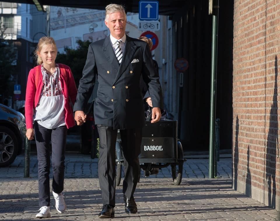 Молодша дочка короля прийшла в школу в українській вишиванці (фото)