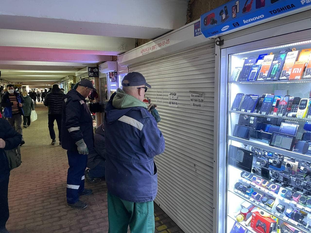 В переходах метро снесенные киоски заменяют на новые: свежие фото