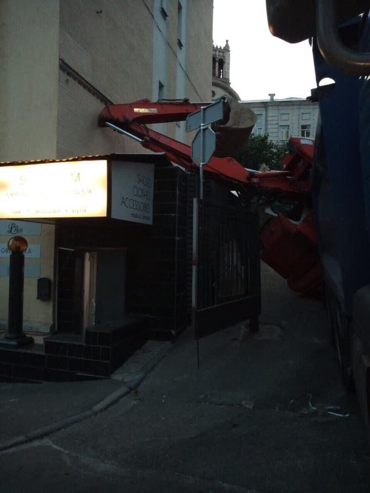 Біля Адміністрації президента на житловий будинок впав екскаватор (фото)