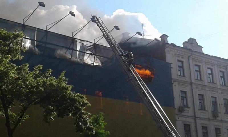 Вогонь збудівлі центрального гастроному Києва може перекинутися нажитлові будинки— ДСНС
