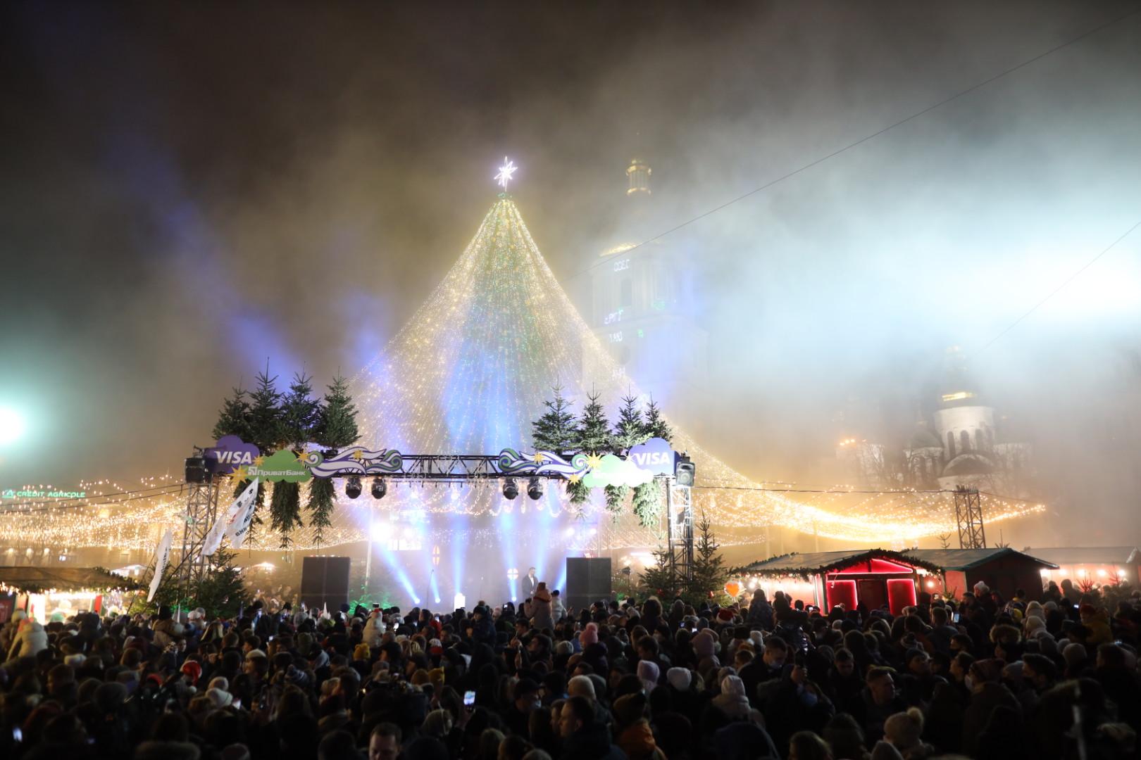 В Киеве зажгли главную елку страны: загорелась гирлянда и начался пожар