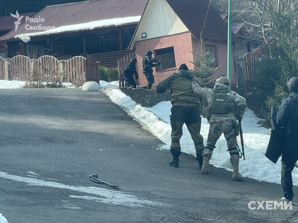 На Закарпатье провели обыск роскошного дома Медведчука: появились первые фото