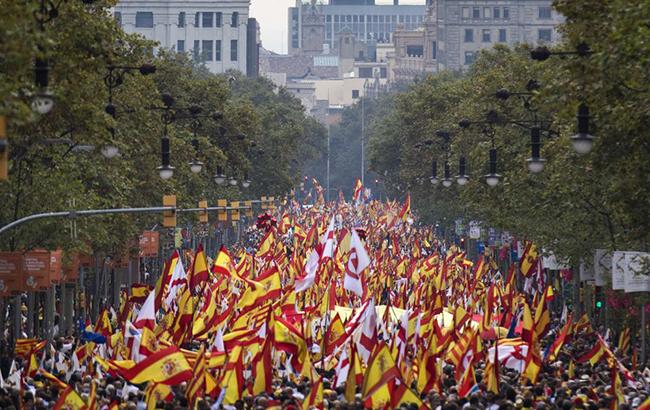 В Барселоне десятки тысяч каталонцев провели марш за единство с Испанией